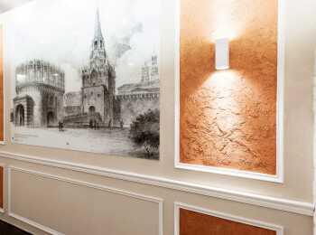 Холлы украшены картинами и подсветкой